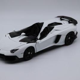 AUTOART 1.18 LAMBORGHINI AVENTADOR J  white color ( 74674 )