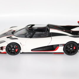 AUTOART 1.18 KOENIGSEGG ONE : 1   Pebble White / Carbon black / red accents  Composite diecast ( A79016 )